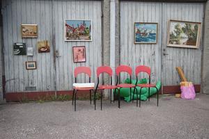 Tavlor var upphängda på en garageport på Idrottsvägen i Guldsmedshyttan.