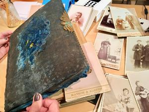 Fotoalbumets stoppade pärm är klädd i blå sammet. I albumet fanns mängder av bilder på emigrerade svenskar – vänner till ägaren Olof Nilsson.