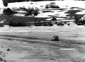 1981 öppnade de första isvägarna redan 15 december, men de var spröda på grund av kylan. Bilden är tagen 19 april 1982 och det ser onekligen ut som om att det var sista färden det året.Isvägar. Storsjön. Foto: ÖP:s arkiv