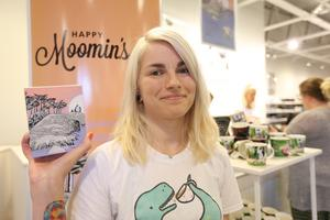 Emma Heikkinen hittade inte den nya muminmuggen hemma i Finland så hon åkte till Insjön istället.