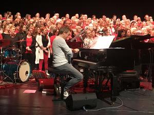 Kapellmästaren och pianisten Magnus Spångberg har koll på klockan under repetitionen.
