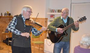 Lasse Wikström och Arne Haglund spelade och sjöng, så deltagarna glömde tid och rum. Foto: Karin Haxner