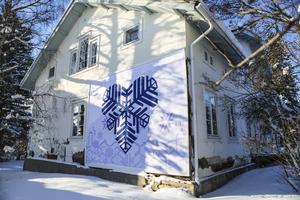 Det kulturhistoriskt värdefulla huset på Änge gård är sedan länge fallfärdigt med bland annat en stomme som är angripen av röta.  Att restaurera huset skulle kosta Östersunds kommun över 2,4 miljoner kronor. Det har Jamtli kommit fram till i en utredning.