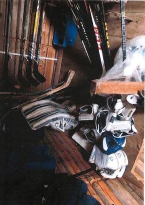 Förutom hockeyklubbor hittades annan utrustning. Bild: Polisens förundersökning.