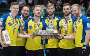Lag Edin tog fjärde raka EM-guldet 2017 och sjätte totalt. Inget herrlag har någonsin tidigare lyckats med det.Bild: Svenska Curlingförbundet