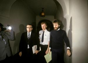 Clark Olofsson (th) på väg till rättssalen, där han försvarade sig själv.