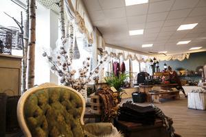Butiken består av en ovanvåning som är butiksdel, och en nedervåning som är till för evenemang.