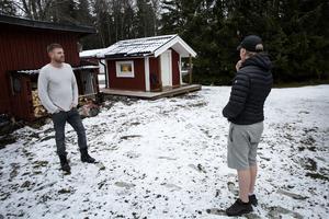 På baksidan finns rum på rad med egna ingångar och en liten stuga, här bor killarna i Eddie Anderssons familjehem.