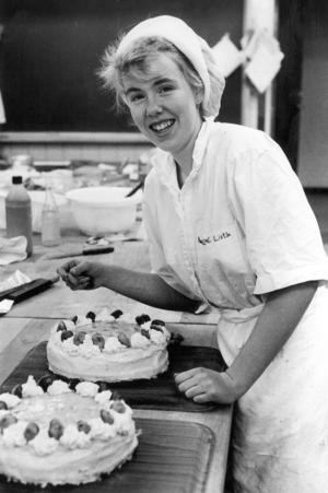 Livsmedelstekniska linjen årskurs 2 1990. Marlene Hallgren garnerade tårtor.