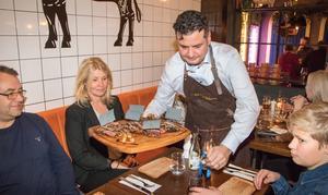 Familjen Olander, Magnus, Marie och Hampus, får in en planka med olika köttdetaljer av Murat Bag.