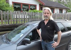 Foto: Privat.Torbjörn Yngvesson vill nyinstallera en gammal vedspis i sitt delvis egenhändigt byggda hus från 1984. Nya vedeldningsreglerna kan sätta stopp för det.