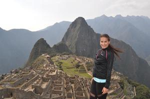 Här står Valeria vid världskända Inkastaden. Foto: Privat