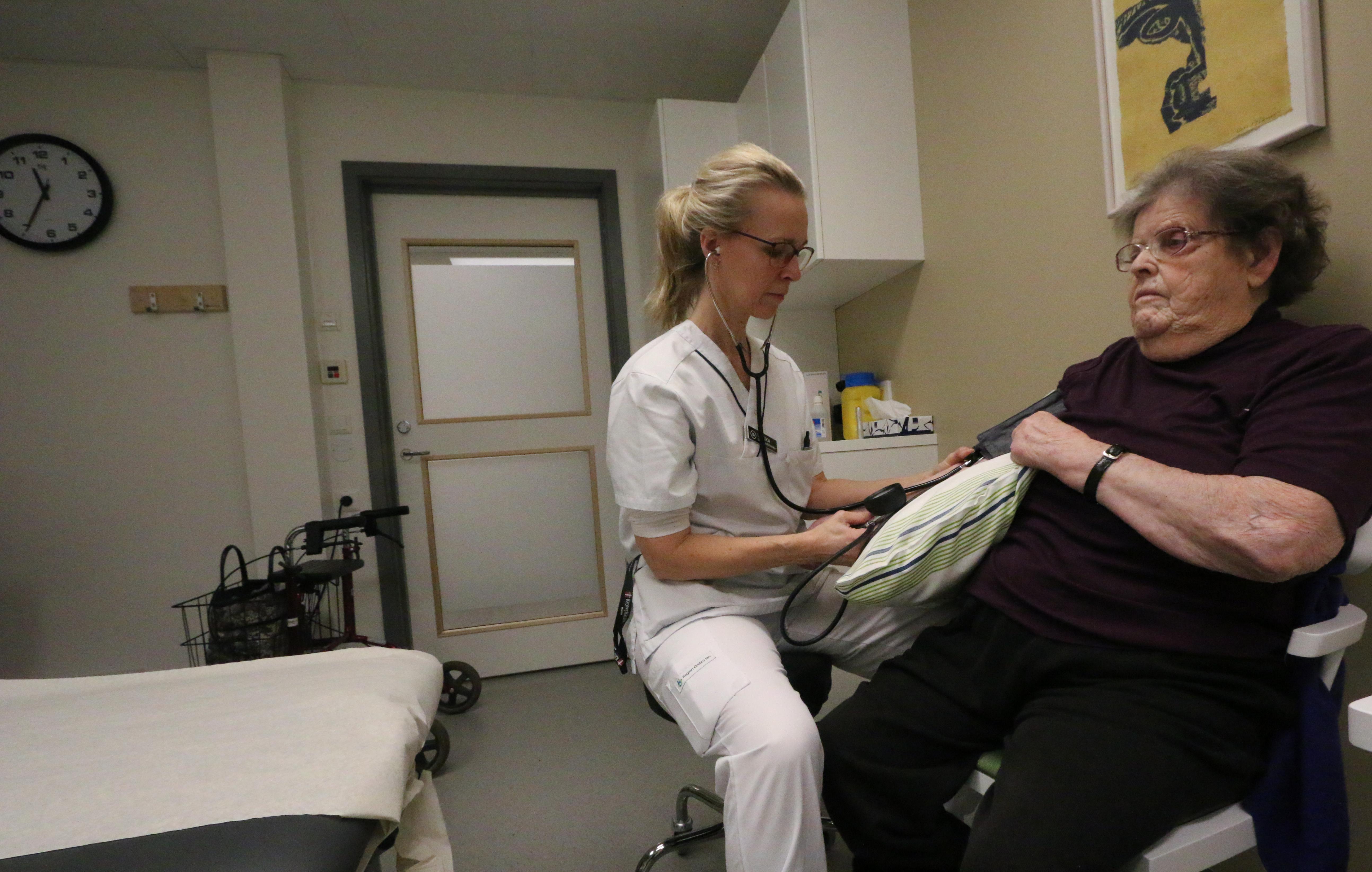 Maj-Britt Edvinsson har en krånglande rygg, en kronisk hornhinneinflammation och dålig hörsel. Här får hon hjälp av distriktssköterskan Ulrika Westerling, på Kumlas äldrevårdsenheten som öppnade i början av året.