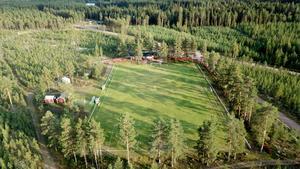 Åsen tränar hemma på Hedvallen. I bakgrunden syns det nya klubbhuset som länge stod oanvänt, men som nu har fått nytt liv.