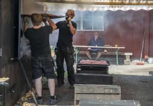 Det är första sommaren som Göran Sjöbom inte jobbar i rökeriet. Men han håller koll på när Nils Ehnberg och Per Sjöbom jobbar.