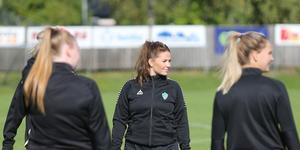 Isabel Holmgren under uppvärmningen inför söndagens bortamatch mot Rimbo. Gustafs förlorade igen, 0–8, men Isabel var nära att göra mål tre gånger om på frispark.