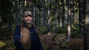 Peter Ekeström tar bland annat tittarna med på vildsvinsjakt i Östergötland. Foto: Baldur Bragason /SVT