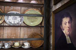 På hyllan finns ett glaserat lerfat från 1845 från Erik Jansson. En man som senare emigrerade till Amerika och startade kolonin Bishop Hill.