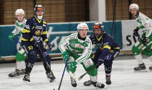 Ted Bergström gjorde två mål när VSK besegrade Falu BS med 8–4. På bilden också Faluspelarna Axel Berglund och Fredrik Eriksson.