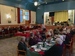 För femte året i rad blev äldre bjudna på julfest i Söderbärke Folekts Hus. Familjen Karlén hålelr i trådarna, fler företag har sponsrat.