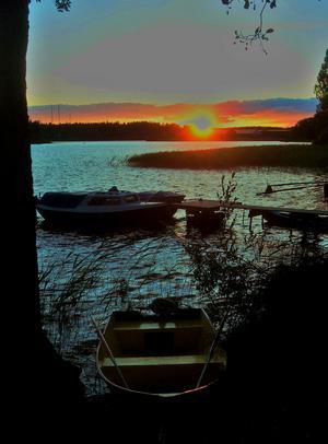 Båtar i solnedgången vid  Kolbäcksån  lördagkväll 22.30