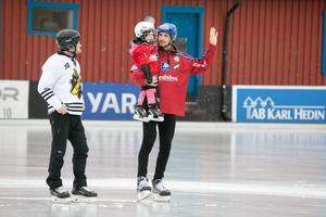 Simon Jansson i sin Edsbyntröja tillsammans med sin dotter. Dessutom gästade Pelle Fosshaug Köping för att visa sitt stöd till KIS.