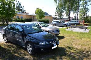 Parkering i parken, en vanlig syn sommaren 2014.