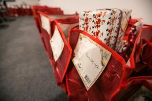 En del av de 58 julkassar som på onsdagskvällen fylldes på. Det är barn från nyfödda till och med 17 års ålder som får julklappar.