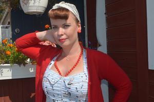 Angelina Svensson från Markaryd i Småland ska tävla i  en pinup-tävling med tidsenliga kläder på tisdagen. På måndagen delade hon ut pris till de vinnande ekipagen och första gången hon är på Classic Car Week.