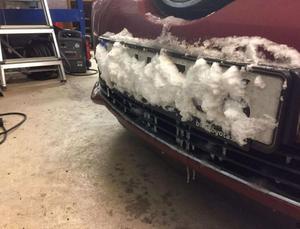 Bild: PolisenFör att dölja registreringsnumret på bilen hade nummerskylten dolts med snö.