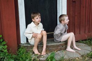Loke Kajender och William Jovegard gestaltar Moas söner.