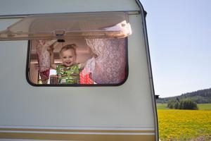 Dottern Selma, 2 år, har passande husvagnsmönstrad klänning.