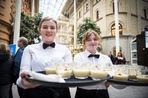 Sanna Lindbäck och Thilde Åsander som båda går andra året på Altinska skolan var två av de som serverade på det första stoppet som var på kulturmagasinet.