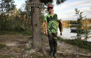 Tännäsgrabben Marcus Dahlgren fick en fin abborre i Frösjön sista veckan av Fiskeligan. Foto:Privat