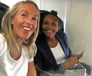 Julia Roddar och Madelen Janogy på planet på väg hem till Sverige.