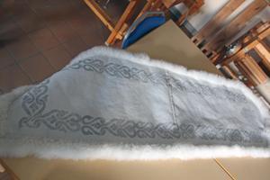 En vacker skinnfäll att till exempel  lägga i fotändan på sängen.