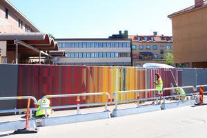 Den tidigare tråkiga grå muren som ägs av Diös Fastigheter får nu ett mycket färggladare utseende.