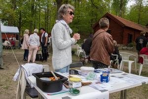 Firandet pågick från 11 på onsdagen fram till in på eftermiddagen. Här Lisbet Ferngren som hjälper till med tipspromenaden. På bordet står en glasburk och i den låg ett grönt snöre, utslagsfrågan var att gissa snörets längd.