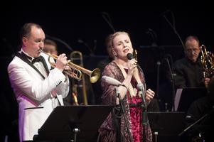 Peter Asplund och Anna Jalkéus bjöd på jazzig julstämning under måndagen på Tonhallen.