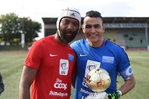 William Amamoo tillsammans med Egyptens målvaktsikon Essam El-Hadary som fick pris av Amamoo i halvtid. Amamoos avskedsmatch på Högslätten blev ingen publiksuccé.