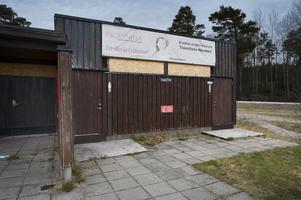 Toalettbyggnaden är låst och nu finns bara en kommunal toalett på stranden men det är, enligt Lars-Erik Återgård, i minsta laget under fina sommardagar.