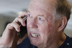 Telefonen ringer igen, det är media. Han tar sig tiden att svara artigt och samtalet blir långvarigt.