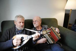 Rolf Siwertz och Olof Näslund är två tredjedelar av folkmusikgruppen Pivo, som ska spela på Vinterfesten på torsdagen. Den tredje medlemmen är Åke Andersson.