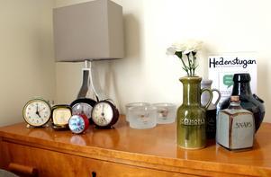 En samling gamla väckarklockor och alla står på fem.
