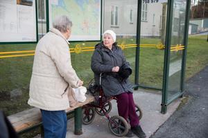 Inger Åström reser ofta med buss 758 till Luna vårdcentral. Att bussen slutat stanna på Nygatan tycker hon och väninnan Ann Bäckström är dumheter.