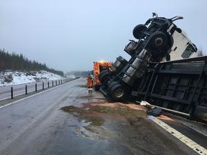 En mindre mängd diesel läckte ut på vägbanan. Räddningstjänsten tömde sedan de dubbla tankarna på lastbilen innan bärgningsarbetet fortsatte.