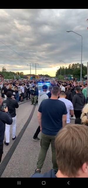 Det var trångt och mycket folk på platsen när polisen kom dit.