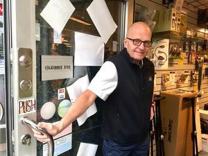 """""""Kunderna måste ha luft"""", sa Conny Zetterlund och höll stadigt upp dörren. Inne i butiken fyndade hundratals."""
