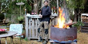 Johnny från Nordnorge tycker om att vara ute. Nu har han byggt en utebar i Trödjefjärden.