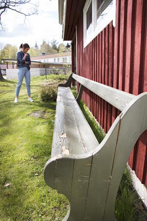 Kyrkbänken kommer också från Ockelbotrakten. Så lång att den inte får plats inomhus.
